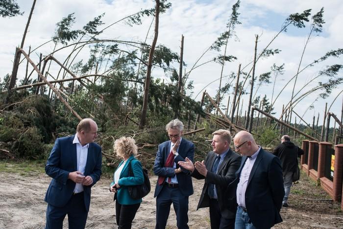 Wrzesień 2017, Christopher Todd i marszałek Piotr Całbecki wizytują zniszczone w wyniku nawałnicy północne tereny województwa, fot. Tymon Markowski dla UMWKP