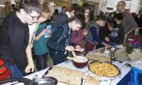 Kanapki i babeczki przygotowane przez uczniów ZSZ cieszyły się wielkim powodzeniem