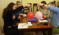 Uczestniczki warsztatów przeprowadzają eksperyment