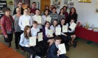 uczestnicy konkursu z nagrodami i dyplomami