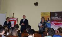 Pan Kurator Marek Gralik wygłasza mowę otwierającą konkurs