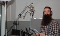 Autor innowacji pedagogicznej Adam Bojar na nagraniu w studiu