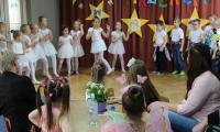 Grupa dzieci 5-6 letnich z Przedszkola Publicznego nr 19 Bajka we Włocławku, nauczyciel - Małgorzata  Rosińska, przy stoliku dzieci i nauczyciele z przedszkoli nr 29 i 35