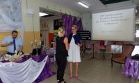 Członek Zarządu Województwa Kujawsko-Pomorskiego Aneta Jędrzejewska wręcza wyróżnienie Marszałka Województwa