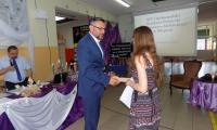 Poseł Tomasz Lenz wręcza ufundowaną przez siebie nagrodę laureatce