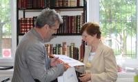 Starszy Wizytator J. Sikorska  wręcza nagrody laureatom