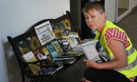 Uczestniczka rajdu Odjazdowy Bibliotekarz podczas wymiany książek