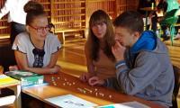 Uczniowie układają hasło nawiązujące do pokoju na świecie