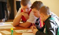 Uczestnicy rozpoznają owoce i liście drzew chronionych w Polsce