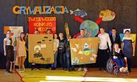 Uczniowie prezentują własnoręcznie wykonane plakaty ukazujące rzeczywisty i wymarzony obraz naszej planety Ziemi