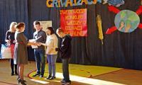 Dyrektor KP SOSW Pani Maria Kluz wręcza nagrody i dyplomy zwycięzcom GRYWALIZACJI
