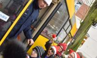 W drzwiach żółtego autobusu stoi przebrany za Św. Mikołaja policjant; foto - Jacek Knychała