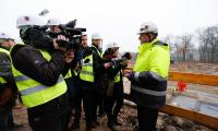 Spotkanie marszałka Piotra Całbeckiego z przedstawicielami mediów na budowie szpitala na Bielanach, fot. Mikołaj Kuras dla UMWKP