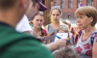 Polonijna młodzież z Litwy, Ukrainy i USA podczas gry miejskiej w Toruniu i zwiedzania miasta; fot. Szymon Zdziebło/tarantoga.pl dla UMWKP