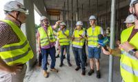 W środę (2 sierpnia) teren budowy odwiedził wraz z dziennikarzami marszałek Piotr Całbecki, fot. Szymon Zdziebło/Tarantoga.pl
