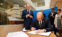 Podpisanie porozumienia w sprawie uruchomienia przeprawy promowej odbyło się przy modelu Daru Pomorza w holu Urzędu Marszałkowskiego, fot. Mikołaj Kuras