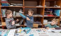 """Warsztaty plastyczne """"Papierowa szarża"""" w Galerii i Ośrodku Plastycznej Twórczości Dziecka w Toruniu, fot. Szymon Zdziebło/tarantoga.pl"""