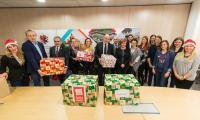 Paczki dla rodzin pakowali 7 grudnia pracownicy Urzędu Marszałkowskiego oraz marszałek Piotr Całbecki i przewodniczący sejmiku Ryszard Bober, fot. Łukasz Piecyk