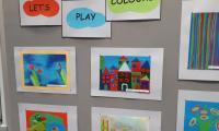 wystawa prac w trzech kolorach