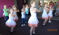 Pokaz taneczny dzieci z przedszkola Pod Sosnami