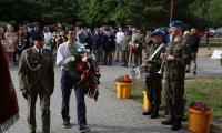 Płk. Cezary Kiszkowiak składa hołd w imieniu Generalnego Dowództwa Rodzajów Sił Zbrojnych z uczestnikiem Konkursu Mateuszem