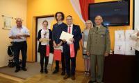 Ppłk. Paweł Fornalczyk z 10. Brygady Kawalerii Pancernej im. gen. Stanisława Maczka w Świętoszowie wręczył nagrody