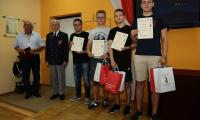 Mjr Janusz Gołuchowski – Prezes Stołecznego Koła 1. Dywizji Pancernej wręczył nagrody laureatom konkursu