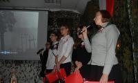 Wychowankowie internatu KPSOSW wykonują patriotyczne pieśni, fot. Sebastian Werec