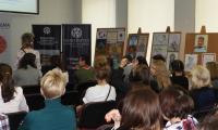 Publiczność konferencyjna, w tle nagrodzone prace, fot. PBW im. M. Rejewskiego w Bydgoszczy