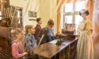 Grupa podczas warsztatów w toruńskim Muzeum Piernika, fot. Szymon Zdziebło/tarantoga.pl dla UMWKP