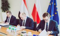 Podpisanie porozumienia w sprawie przekazania zasobów magazynu przeciwpowodziowego, fot. Andrzej Goiński/UMWKP