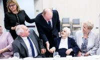 Rozmowy z honorowymi gośćmi przed rozpoczęciem sesji sejmiku województwa, fot. Andrzej Goiński