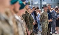 Ceremonia ponownego zaciągnięcia się do armii amerykańskiej przed Urzędem Marszałkowskim, fot. Szymon Zdziebło/Tarantoga.pl