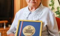 Helena Adamczyk z Drzonowa otrzymała od marszałka Piotr Całbeckiego okolicznościowy medal Unitas Durat Palatinatus Cuiaviano-Pomeraniensis, fot. Szymon Zdziebło/tarantoga.pl