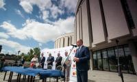 Uroczystość podpisania porozumienia przed gmachem Opery Nova, fot. Filip Kowalkowski