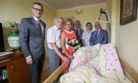 Wicemarszałek Dariusz Kurzawa z wizytą w domu Stanisławy Kowalewskiej, fot. Szymon Zdziebło/tarantoga.pl