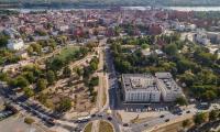 Na skwerze przy ulicy Uniwersyteckiej w Toruniu trwają obecnie prace porządkowe, fot. Szymon Zdziebło/tarantoga.pl