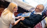 Członek zarządu województwa Aneta Jędrzejewska medal Unitas Durat wręczyła Helenie Barcz, fot. Andrzej Goiński