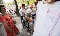 W ramach akcji samorządu województwa około 10 tysięcy mieszkańców regionu złożyło podpisy pod deklaracją z okazji 100. rocznicy odzyskania niepodległości., fot. Andrzej Goiński