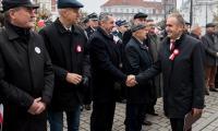 Odsłonięcie tablicy pamiątkowej przed Urzędem Marszałkowskim w Toruniu, fot. Łukasz Piecyk dla UMWKP