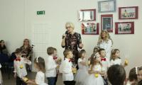 dyrektor G. Troszyńska i dzieci z przedszkola