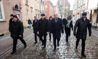 Delegacja województwa kujawsko-pomorskiego w drodze na mszę żałobną, fot. Andrzej Goiński/UMWKP