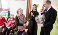 Marszałek Piotr Całbecki z wizytą u podopiecznych Zakładu Opiekuńczo-Leczniczego w Toruniu, fot. Andrzej Goiński/UMWKP