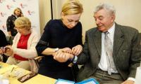 Spotkaniem w Urzędzie Marszałkowskim rozpoczęliśmy przekazywanie 155 nowych bransoletek życia; fot, Mikołaj Kuras dla UMWKP