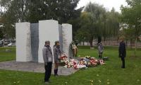 Ceremonia złożenia kwiatów pod pomnikiem Pamięci Ofiar Zbrodni Pomorskiej poprzedzająca promocję materiałów historyczno-edukacyjnych dla szkół, fot. UMWKP