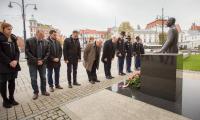 Ceremonia złożenia kwiatów pod pomnikiem Władysława Raczkiewicza, fot. Szymon Zdziebło/tarantoga.pl dla UMWKP