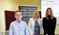 Laureaci III miejsca, Julia Cabaj i Tymoteusz Opala z dyrektor PBW