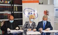 Od lewej dr inż. A. Rejmak, Rektor KSW, G. Troszyńska, Dyrektor KPCEN we Włocławku, Z. Suszyński, Dyrektor Zespołu Szkół Akademickich KSW we Włocławku, podpisanie umowy