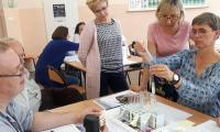 Uczestnicy warsztatów podczas wykonywania doświadczeń, fot. W. Kitajgrodzka