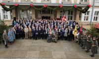 Pamiątkowe zdjęcie uczestników uroczystego posiedzenia sejmików województw pomorskiego i kujawsko-pomorskiego, fot. Andrzej Goiński/UMWKP